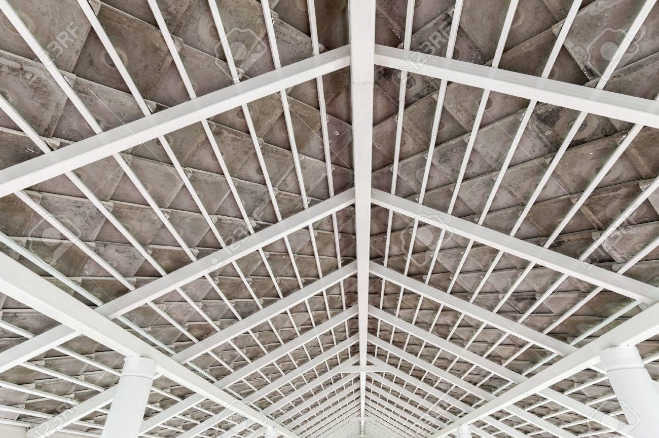 https://previews.123rf.com/images/geettheerawat/geettheerawat1602/geettheerawat160200082/53446836-steel-truss-roof.jpg